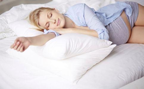孕妇怎么睡觉避免胎儿受伤 孕期打呼噜好吗 孕妇为什么不能趴着睡觉