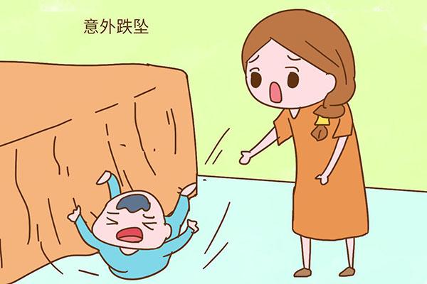 妈妈抱孩子在阳台乘凉,竟然失手将三个月大女婴滑脱