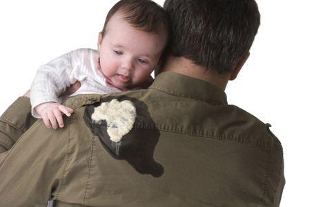 婴儿吐奶怎么办 婴儿吐奶的原因 新生儿吐奶怎么护理