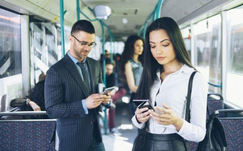 走路看手机致人身亡 走路看手机有哪些危害 走路看手机的危害