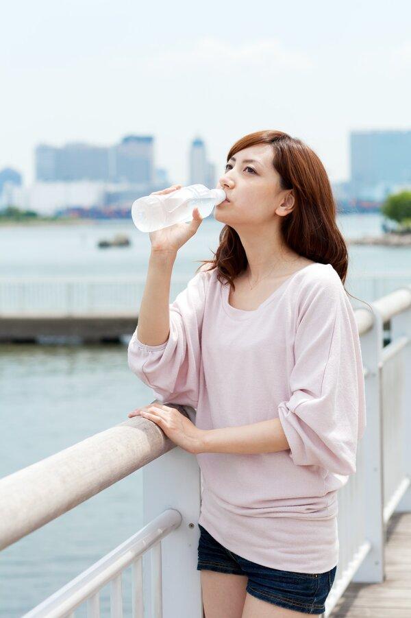 天热猛喝水或致水中毒!喝水为什
