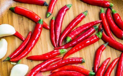 1分钟吞20个辣椒 吃辣椒有哪些好处与坏处 吃辣椒的好处与坏处
